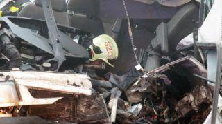 Szolnok, 2017. november 25. Ütközésben összetört jármû a 4-es fõút 99-es kilométerénél Szolnok határában 2017. november 25-én. A nagy ködben egy kisbusz frontálisan ütközött egy autóbusszal, amelybe aztán hátulról belecsapódott egy személygépkocsi. A kisbusz utasai közül hárman meghaltak. A balesetben négyen súlyosan, nyolcan könnyebben megsérültek. MTI Fotó: Mészáros János