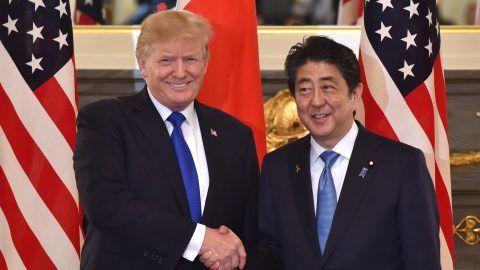 Tokió, 2017. november 6. Donald Trump amerikai elnök (b) és Abe Sindzó japán miniszterelnök kezet fog tárgyalásuk elõtt a tokiói Akaszaka állami vendégházban 2017. november 6-án. Trump elõzõ nap érkezett a szigetországba ázsiai körútja elsõ állomásaként. (MTI/EPApool/Nogi Kazuhiro)