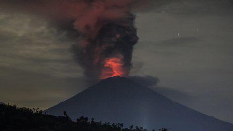 """Amed, 2017. november 27. Hosszú expozíciós idõvelkészített felvételen izzó láva ömlik az Agung-hegy tûzhányójának kráterébõl a Bali szigetén fekvõ Karangasem kormányzóságban fekvõ Amedbõl nézve 2017. november 26-án. November 27-én a legmagasabb, négyes szintû, """"vörös"""" riasztást adta ki az indonéz katasztrófavédelmi hatóság az Agung vulkán hét végén kezdõdött kitörése miatt, és azonnali távozásra szólította fel a vulkán 8-10 kilométeres körzetében élõket. (MTI/EPA/Roni Bintang)"""