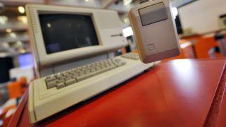 """POUR ILLUSTRER LE PAPIER DE ANNE BEADE : """"UN MUSEE DE L'INFORMATIQUE A LA DEFENSE POUR (RE)DECOUVRIR LES VIEUX PC"""". Le premier ordinateur du fabriquant américain Apple, Lisa (1983) avec écran graphique et souris, est exposé le 11 avril 2008 au Musée de l'Informatique, à l'Arche de la Défense à Paris qui ouvrira au public le 15 avril 2008. A l'origine de ce projet, Philippe Nieuwbourg, un passionné des technologies de l'information, a rassemblé 200 objets rares, issus essentiellement de collections privées, pour retracer l'histoire de l'informatique pour un voyage surprenant au fil des premiers PC, souris et disquettes à nos jours.  AFP PHOTO FRANCK FIFE / AFP PHOTO / FRANCK FIFE"""