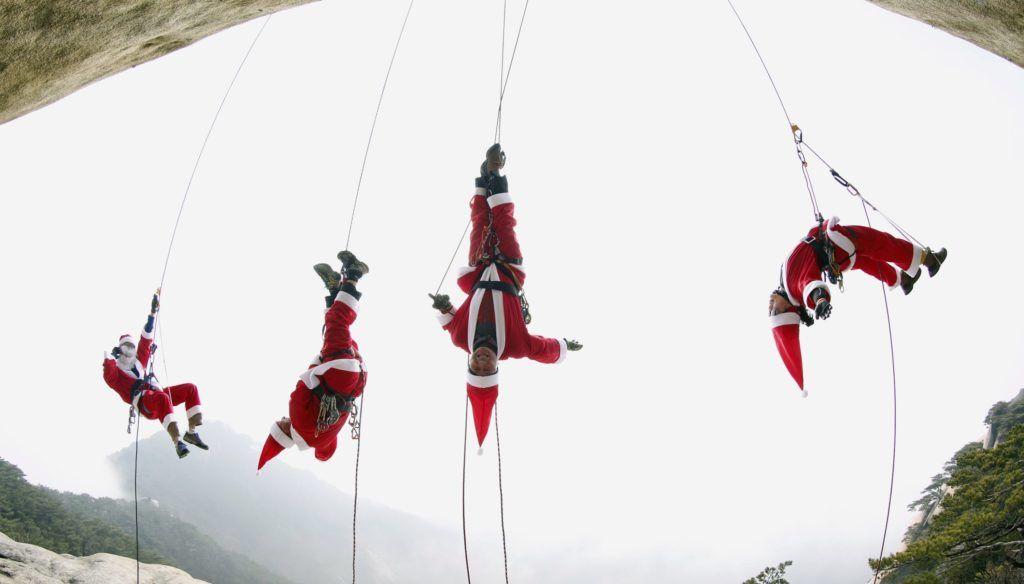 Szöul, 2015. december 3.Egy dél-koreai hegymászó csoport tagjai Mikulás-jelmezben másznak a Bulam-hegyen, Szöul közelében 2017. december 3-án. (MTI/EPA/Dzson Hon Kjun)