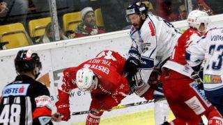 EBEL. Eishockey Bundesliga. KAC gegen Fehervar AV 19. Jullian Talbot, (KAC), Brett Palin (Alba Volan). Klagenfurt, am 3.12.2017.Foto: Kuess