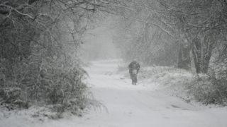 Hajdúhadház, 2017. december 3.Kerékpáros halad a hóesésben Hajdúhadház közelében 2017. december 3-án.MTI Fotó: Czeglédi Zsolt