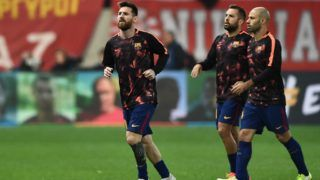 Barcelona's Argentinian forward Lionel Messi (L), Barcelona's Spanish defender Jordi Alba (C) and Barcelona's Argentinian defender Javier Mascherano (R), warm up prior to the UEFA Champions League group D football match between FC Barcelona and Olympiakos FC at the Karaiskakis stadium in Piraeus near Athens on October 31, 2017.  / AFP PHOTO / ARIS MESSINIS