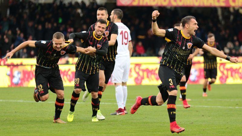 Benevento's Romanian forward George Puscas (L) celebrates with teammates after scoring during the Italian Serie A football match Benevento Calcio vs AC Milan on December 3, 2017 at the Ciro Vigorito Stadium in Benevento. / AFP PHOTO / CARLO HERMANN