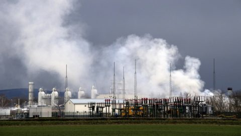 This picture taken on December 12, 2017 shows the smoke rising from Austria's main gas pipeline hub at Baumgarten, Eastern Vienna, after an explosion rocked the site on December 12, 2017. An explosion rocked one of Europe's biggest gas pipeline hubs in Austria on December 12, 2017, leaving one person dead and 18 injured, emergency services said. / AFP PHOTO / JOE KLAMAR