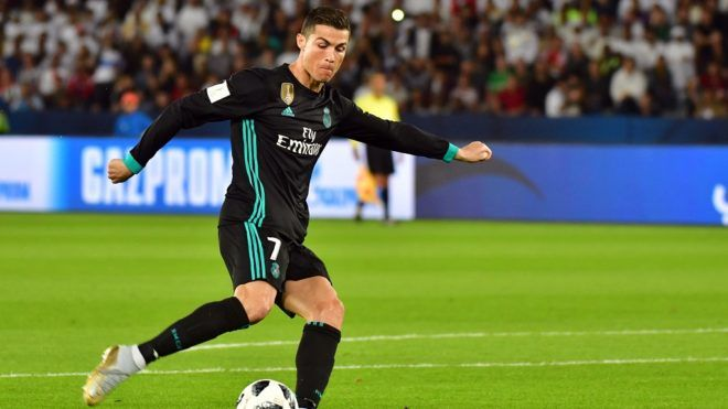 Real Madrid's Portuguese forward Cristiano Ronaldo shoots to score his team's equaliser during the FIFA Club World Cup semi-final match in the Emirati capital Abu Dhabi on December 13, 2017. / AFP PHOTO / GIUSEPPE CACACE