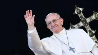 """Pope Francis waves from the balcony of St Peter's Basilica during the traditional """"Urbi et Orbi"""" Christmas message to the city and the world, on December 25, 2017 at St Peter's square in Vatican. / AFP PHOTO / Andreas SOLARO"""