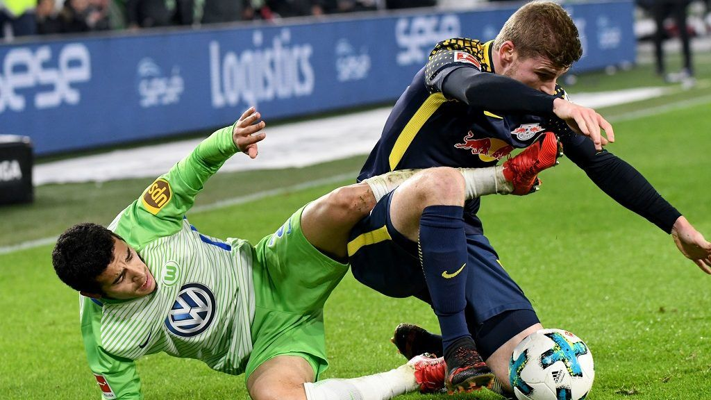 Wolfsburg's William (L) and Leipzig's Timo Werner vie for the ball during the German Bundesliga soccer match between VfL Wolfsburg and RB Leipzig in the Volkswagen Arena in Wolfsburg, Germany, 12 December 2017.  (EMBARGO CONDITIONS - ATTENTION: Due to the accreditation guidelines, the DFL only permits the publication and utilisation of up to 15 pictures per match on the internet and in online media during the match.) Photo: Peter Steffen/dpa
