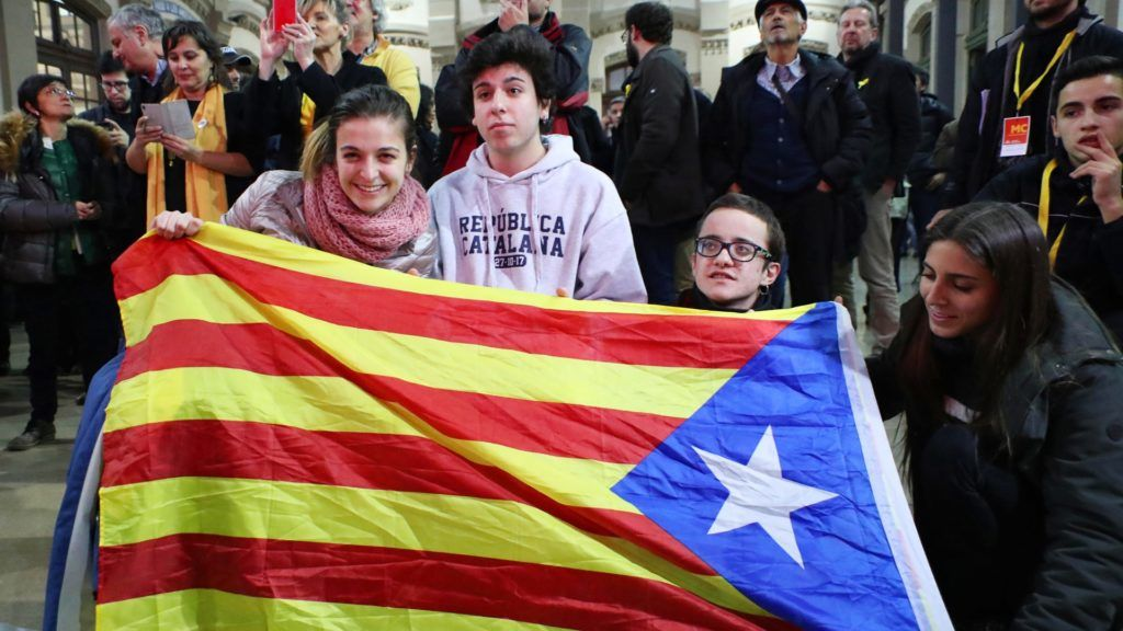 Pro-independence qualified voters celebrate with Catalonian flag after winning the Catalan regional election in Barcelona on Dec.21, 2017.  ( The Yomiuri Shimbun )