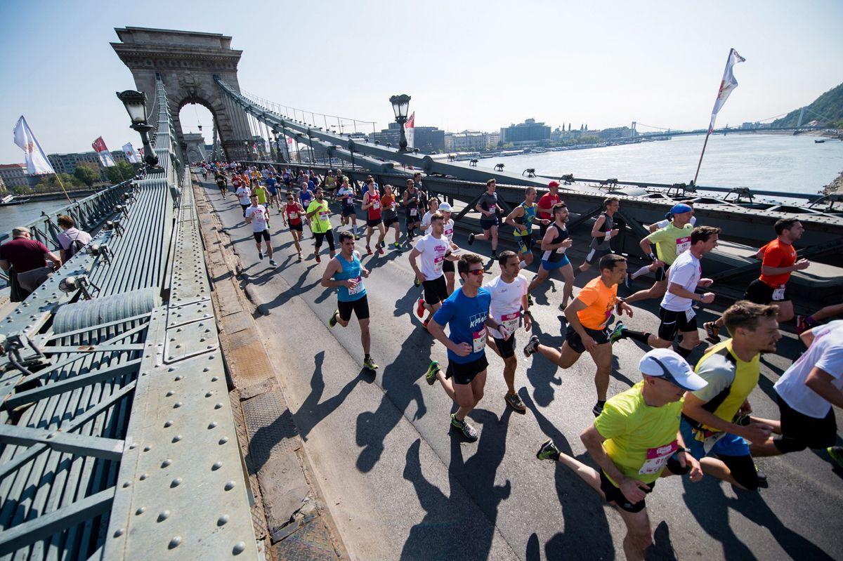 Budapest, 2017. április 9.Résztvevők a 32. Telekom Vivicittá városvédő futás félmaraton versenyén a Lánchídon 2017. április 9-én.MTI Fotó: Balogh Zoltán