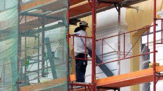 Debrecen, 2016. március 12. Egy bádogos az épületdíszek fedésén dolgozik a felújítás alatt álló debreceni Református Kollégium homlokzatán. Jelenleg a gimnázium és középiskola fiú és lány kollégiumában dolgoznak a kivitelezõk. A mûemlék épület felújítása során minden megújul, így az irodák, a tantermek, a folyosók és az illemhelyek is. Újjáépítik a tetõt, új burkolatokat raknak le, és korszerûsítik az épület teljes gépészetét, elektromos hálózatát, tûzvédelmét. Renoválják a homlokzatot, valamint megoldják az akadálymentesítést is. A munkát a kivitelezõk a tervek szerint 2016. június végére fejezik be.  MTVA/Bizományosi: Oláh Tibor  *************************** Kedves Felhasználó! Ez a fotó nem a Duna Médiaszolgáltató Zrt./MTI által készített és kiadott fényképfelvétel, így harmadik személy által támasztott bárminemû – különösen szerzõi jogi, szomszédos jogi és személyiségi jogi – igényért a fotó készítõje közvetlenül maga áll helyt, az MTVA felelõssége e körben kizárt.