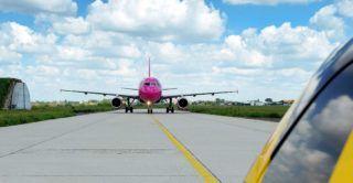Debrecen, 2017. május 15.  A Wizzair Airbus 320-as gépe érkezik Párizsból és gurul a terminálhoz a Debrecen nemzetközi repülõtéren, melynek megnyitásának elsõ hét évében megtízszerezõdött a forgalma. Az aktív turizmus idején, május és szeptember között további 15 százalékos utasforgalom növekedés várható.  MTVA/Bizományosi: Oláh Tibor  *************************** Kedves Felhasználó! Ez a fotó nem a Duna Médiaszolgáltató Zrt./MTI által készített és kiadott fényképfelvétel, így harmadik személy által támasztott bárminemû – különösen szerzõi jogi, szomszédos jogi és személyiségi jogi – igényért a fotó készítõje közvetlenül maga áll helyt, az MTVA felelõssége e körben kizárt.