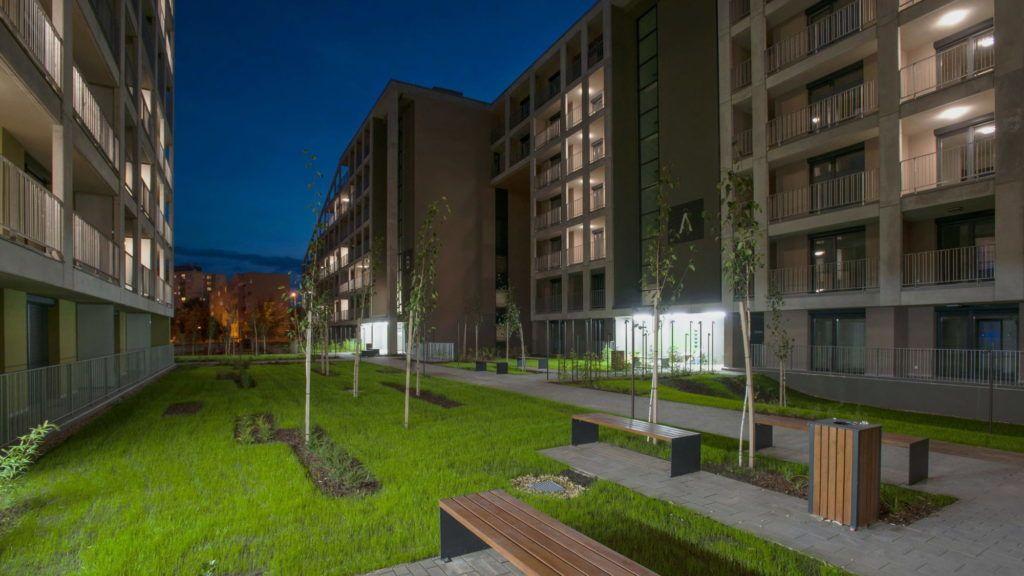 Debrecen, 2017. szeptember 29.  Az udvar részlete. Közel egy év alatt felépült Debrecenben a Dóczy Lakópark három tömbbõl álló épületegyüttese, a BORD Építész Stúdió tervei alapján, a Dóczy Ingatlanfejlesztõ Kft. beruházásában, a HUNÉP Universal Zrt. kivitelezésével. Az építkezés végére a 237 lakás 80 százaléka vevõre talált. A lakóparkban egy idõben több mint 500 fõ folyamatos lakhatására nyílik lehetõség. Az egyedi homlokzati kialakítású és tömegszerkezetû házba megkezdõdött a tulajdonosok és bérlõk beköltözése. MTVA/Bizományosi: Oláh Tibor  *************************** Kedves Felhasználó! Ez a fotó nem a Duna Médiaszolgáltató Zrt./MTI által készített és kiadott fényképfelvétel, így harmadik személy által támasztott bárminemû – különösen szerzõi jogi, szomszédos jogi és személyiségi jogi – igényért a fotó készítõje közvetlenül maga áll helyt, az MTVA felelõssége e körben kizárt.