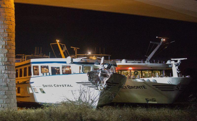 Duisburg, 2017. ecember 27. A Swiss Crystal sérült orra Duisburg közelében 2017. december 26-án, miután a legénységgel együtt 129 embert szállító üdülõhajó egy autópályahídpillérének ütközött a Rajnán.  Huszan megsérültek, közülük ketten súlyosan. (MTI/EPA/Klaus Felder)