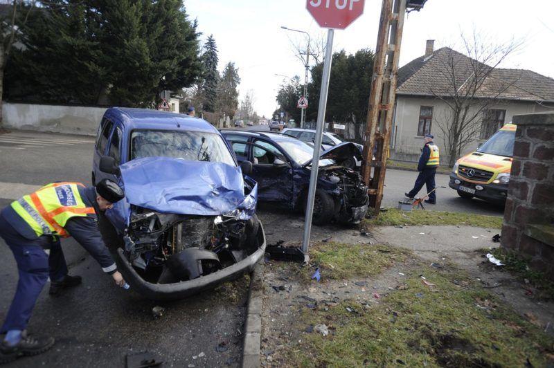 Budapest, 2017. december 27. Rendõrök helyszínelnek Budapesten, a 17. kerületi Ferihegyi út és a XVIII. utca keresztezõdésében, ahol összeütközött két személygépkocsi, majd az egyik villanyoszlopnak csapódott 2017. december 27-én. A balesetben hárman megsérültek. MTI Fotó: Mihádák Zoltán