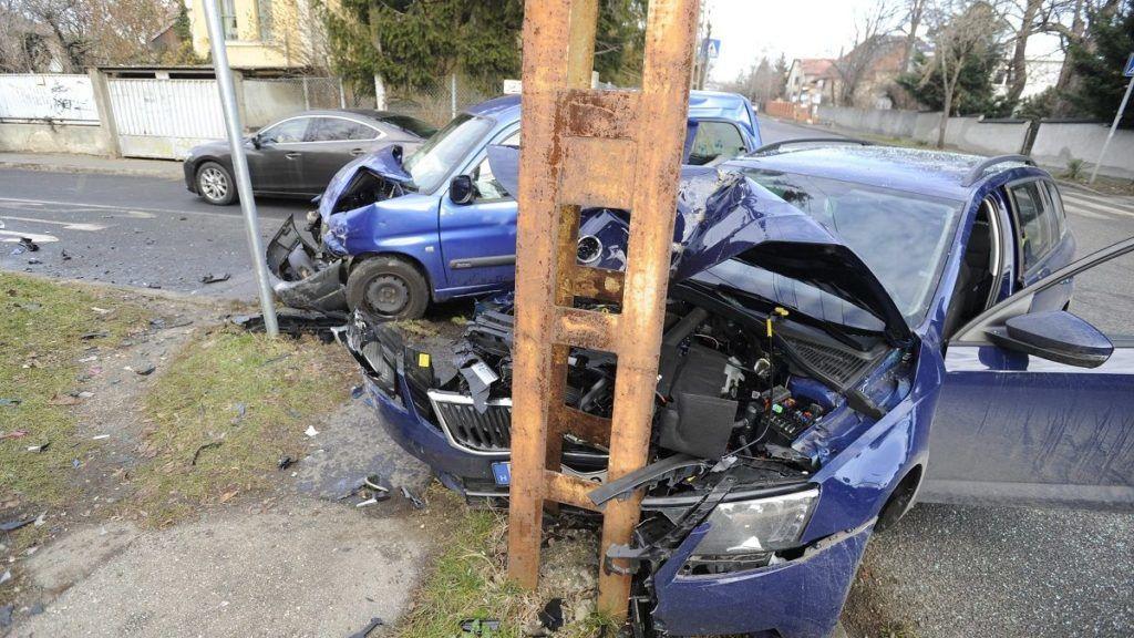Budapest, 2017. december 27. Ütközésben összetört autók Budapesten, a 17. kerületi Ferihegyi út és a XVIII. utca keresztezõdésében 2017. december 27-én. A balesetben hárman megsérültek. MTI Fotó: Mihádák Zoltán