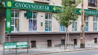 Budapest, 2017. augusztus 27. Egy gyógyszertár üzlethelyiségének kirakata a zuglói Erzsébet királyné útja 44. szám alatt. MTVA/Bizományosi: Faludi Imre  *************************** Kedves Felhasználó! Ez a fotó nem a Duna Médiaszolgáltató Zrt./MTI által készített és kiadott fényképfelvétel, így harmadik személy által támasztott bárminemû – különösen szerzõi jogi, szomszédos jogi és személyiségi jogi – igényért a fotó készítõje közvetlenül maga áll helyt, az MTVA felelõssége e körben kizárt.