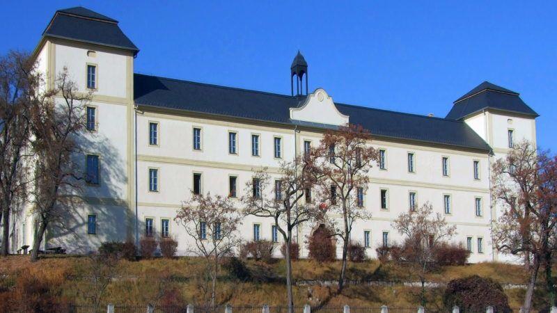 Zsámbék, 2011. november 26. A XVIII. században épült, nemrég ismét felújított Zichy-kastély barokk, mûemlék épülete a nagyközség központjában, a Zichy Mihály téren. Az elmúlt száz évben több neves oktatási intézménynek volt otthona. Napjainkban a Zsámbéki Zichy Oktatási és Kulturális Központ mûködik falai közt. MTI/Bizományosi: Jászai Csaba  *************************** Kedves Felhasználó! Az Ön által most kiválasztott fénykép nem képezi az MTI fotókiadásának és archívumának szerves részét. A kép tartalmáért és a szövegért a fotó készítõje vállalja a felelõsséget.