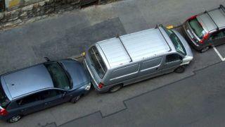 Budapest, 2015. június 19.Szorosan egymásra záródva parkolnak a gépjárművek a főváros VII. kerületének egyik mellékutcájában. A furgon néhány centiméteres távolságot hagyva állt be az előtte és mögötte álló járművek közé.MTVA/Bizományosi: Jászai Csaba ***************************Kedves Felhasználó!Az Ön által most kiválasztott fénykép nem képezi az MTI fotókiadásának, valamint az MTVA fotóarchívumának szerves részét. A kép tartalmáért és a szövegért a fotó készítője vállalja a felelősséget.