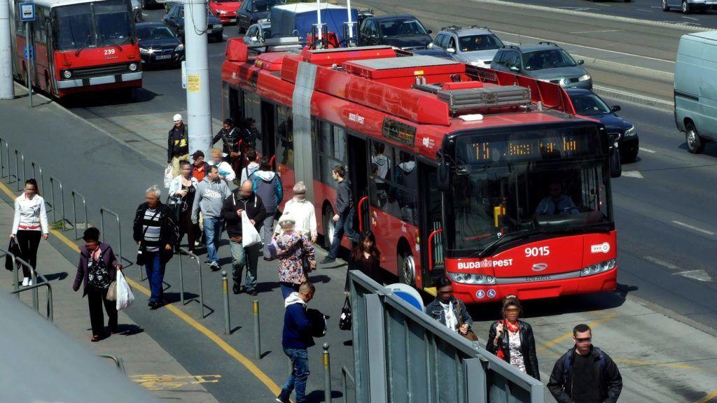 Budapest, 2016. április 20. Utasok szállnak le a BKK-BKV 75-ös vonalán közlekedõ egyik modern Solaris–Škoda trolibuszról a Hungária körúton, a Puskás Ferenc Stadion melletti végállomáson. MTVA/Bizományosi: Jászai Csaba  *************************** Kedves Felhasználó! Ez a fotó nem a Duna Médiaszolgáltató Zrt./MTI által készített és kiadott fényképfelvétel, így harmadik személy által támasztott bárminemû – különösen szerzõi jogi, szomszédos jogi és személyiségi jogi – igényért a fotó készítõje közvetlenül maga áll helyt, az MTVA felelõssége e körben kizárt.