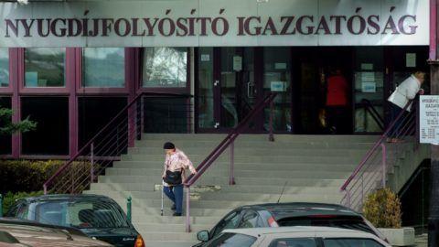 Budapest, 2017. március 20. Idõs nyugdíjas nõ távozik a Nyugdíjfolyósító Igazgatóság ügyfélszolgálatának épületébõl a fõváros XIII. kerületében, a Váci út 73-nál. MTVA/Bizományosi: Jászai Csaba  *************************** Kedves Felhasználó! Ez a fotó nem a Duna Médiaszolgáltató Zrt./MTI által készített és kiadott fényképfelvétel, így harmadik személy által támasztott bárminemû – különösen szerzõi jogi, szomszédos jogi és személyiségi jogi – igényért a fotó készítõje közvetlenül maga áll helyt, az MTVA felelõssége e körben kizárt.