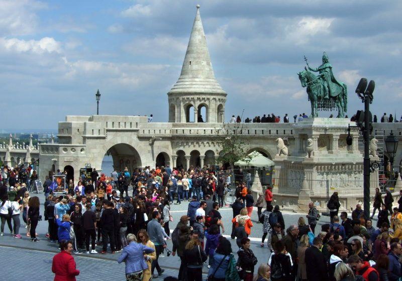 Budapest, 2017. április 30. Városlátogatásra érkezett külföldi és hazai turisták tömege a budai Várban, a Halászbástyánál a Szentháromság téren. Jobbra államalapító Szent István királyunk lovas szobra az éppen felújítás alatt lévõ talapzaton. MTVA/Bizományosi: Jászai Csaba  *************************** Kedves Felhasználó! Ez a fotó nem a Duna Médiaszolgáltató Zrt./MTI által készített és kiadott fényképfelvétel, így harmadik személy által támasztott bárminemû – különösen szerzõi jogi, szomszédos jogi és személyiségi jogi – igényért a fotó készítõje közvetlenül maga áll helyt, az MTVA felelõssége e körben kizárt.
