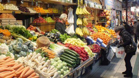 Budapest, 2013. január 18. Egy vásárló zacskót tép le vásárlás elött a Központi Vásárcsarnok (ismertebb nevén Nagycsarnok) egyik zõldséges standjánál. MTVA/Bizományosi: Nagy Zoltán  *************************** Kedves Felhasználó! Az Ön által most kiválasztott fénykép nem képezi az MTI fotókiadásának, valamint az MTVA fotóarchívumának szerves részét. A kép tartalmáért és a szövegért a fotó készítõje vállalja a felelõsséget.