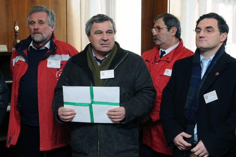 Budapest, 2010. január 29.Bíró Ferenc, a Mentők és Betegszállítók Országos Egyesületének (MBOE) elnöke (b) beszél az Egészségügyi Minisztériumban, mielőtt petíciót adott át a miniszternek. Mellette állnak az MBOE alelnökei, Tóth István (b) Pusztai Dezső (j). Az egyesület a hosszabb ideje sikertelen finanszírozási tárgyalások után autós demonstrációt tartott a fővárosban.MTI Fotó: Honéczy Barnabás