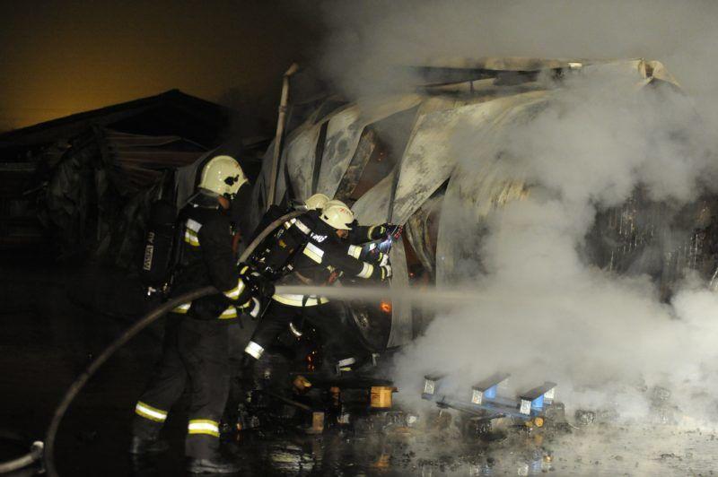 Budapest, 2017. december 7. Tûzoltók a fõváros X. kerületében, a Pongrác úton, ahol teljes terjedelmében ég egy ezer négyzetméteres raktárépület 2017. december 7-én. A tûz átterjedt a szomszédos épületre, egy asztalosmûhelyre is, amely szintén teljes terjedelmében ég. A tûzben nem sérült meg senki sem. MTI Fotó: Mihádák Zoltán