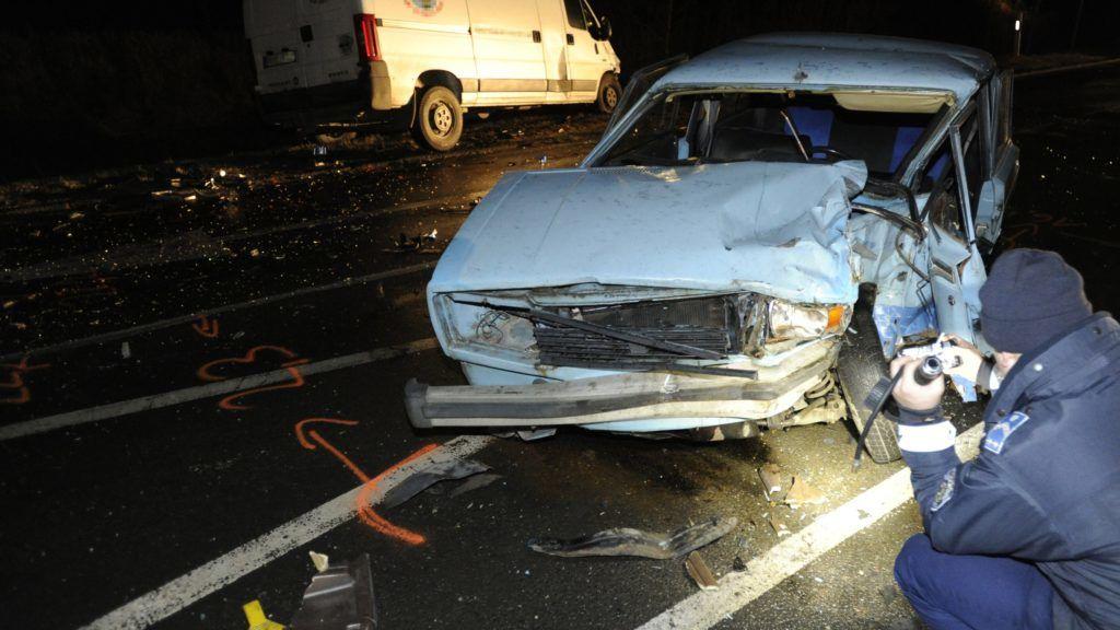 Tárnok, 2017. december 11. Rendõr helyszínel a 7-es fõúton Tárnoknál, ahol összeütközött egy személygépkocsi és egy furgon 2017. december 11-én. A balesetben egy ember meghalt. MTI Fotó: Mihádák Zoltán
