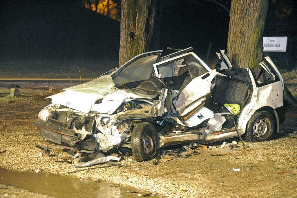 Gödöllõ, 2017. december 14. Összeroncsolódott személyautó 2017. december 14-re virradó éjjel Gödöllõn, a Blaháné utcában, ahol két autó összeütközött. Egy ember a helyszínen meghalt. MTI Fotó: Mihádák Zoltán