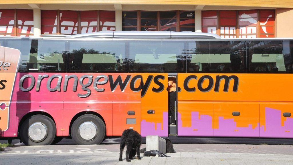 Szolnok, 2008. október 20. OrangeWays Zrt. egyik autóbusza várakozik a Jászkun Volán Zrt. távolsági pályaudvara elõtt. Az OrangeWays a Blaguss GmbH-val közösen pályázott Szolnok teljes helyi autóbusz-közlekedésének ellátására. A másik pályázó a Jászkun Volán Zrt. MTI Fotó: Mészáros János