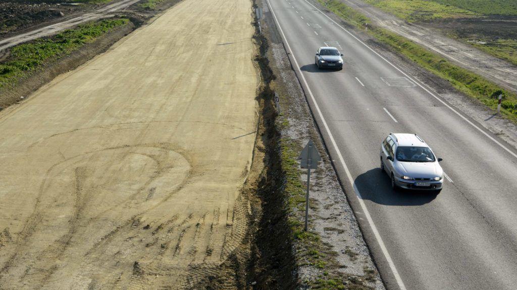 Törökszentmiklós, 2015. április 9. A 4-es fõút elkerülõ szakasza és az autópálya elkészült útalapja a tervezett M4-es autópálya nyomvonalán, Törökszentmiklóstól északra 2015. április 9-én. Március végén leállították az M4-es autópálya Abony és Fegyvernek közötti szakaszának építését az Európai Bizottság által felvetett kartellgyanú miatt. MTI Fotó: Mészáros János