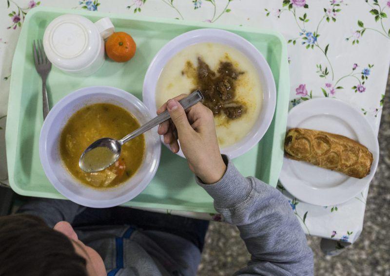 Kecskemét, 2014. november 28. Egy diák ebédel a Kecskeméti Vásárhelyi Pál Általános Iskola és Alapfokú Mûvészeti Iskolában 2014. november 28-án, ahol az új elõírásoknak megfelelõen elkészített menüt kaptak a gyerekek. Jövõ éve január 1-jétõl életbe lép az új közétkeztetési rendelet, amely szabályozza a só, cukor, maximális mennyiségét a közétkeztetésben, továbbá több zöldség, gyümölcs és hús lesz a menükben. MTI Fotó: Ujvári Sándor