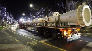 Nagykanizsa, 2017. december 19. Túlméretes kéményelemet szállító kamionok haladnak Nagykanizsán a Fõ úton 2017. december 18-án késõ este. Két speciális kamionnal szállították a 28,5 és 25 méter hosszú darabokból álló, a Heat-Gázgép Kft. által gyártott kénmentesítõ berendezést a Mol százhalombattai telepére. MTI Fotó: Varga György