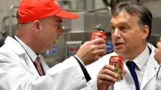 Dunaharaszti, 2012. július 20.Dimitris Lois, a Hellenic Bottle Company (HBC) vezérigazgatója (b) és Orbán Viktor miniszterelnök dobozos kólával koccintanak, miután elindították a fémdobozos üdítőitalok új gyártósorát a Coca-Cola HBC Magyarország dunaharaszti üzemében.MTI Fotó: Illyés Tibor