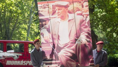 Budapest, 2015. július 4. Kádár Jánost ábrázoló képet visznek a Munkáspárt megemlékezésére a Fiumei úti temetõben, a politikus halálának 26. évfordulóján, 2015. július 4-én. MTI Fotó: Illyés Tibor