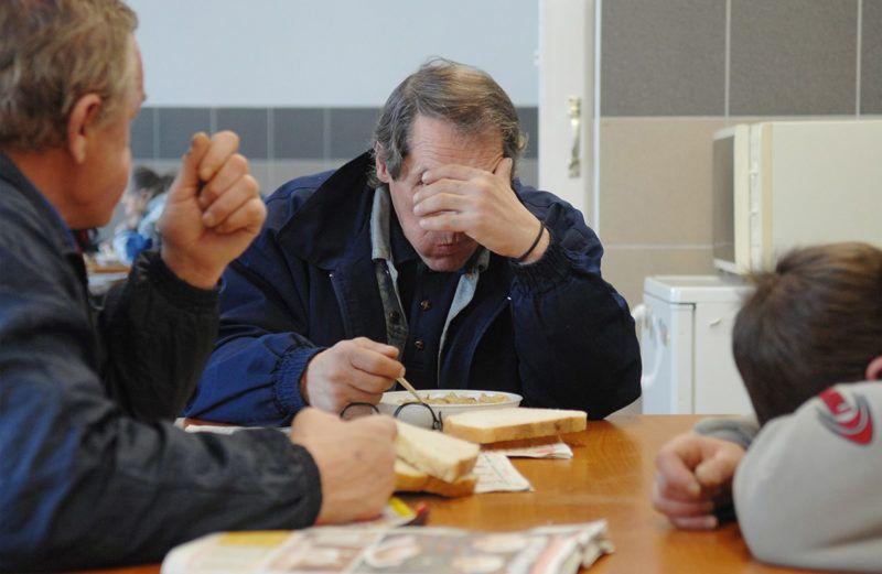 Nyíregyháza, 2008. január 4.Egyre több hajléktalan keresi fel a hajléktalanszállókat a folyamatos hideg időjárás miatt. Nyíregyházán a tavaly év végén átadott Oltalom Szeretetszolgálat szolgáltató központja teljes kapacitással üzemel. Reggel 8 és délután 4 óra között százhúsz hajléktalant látnak el a melegedőben, éjszakára száz embert tudnak befogadni az ötven férőhelyes szállás bővítése után. A város egyéb éjjeli menedékhelyének és átmeneti szállójának működtetésével a nyírségi megyeszékhelyen élő mintegy 300 hajléktalanról való gondoskodás teljessé vált.MTI Fotó: Kiss István