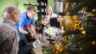 Nyíregyháza, 2012. december 24.A Petróczy család tagjai, Ottó (b), Rácz Zsuzsa (j), Dániel (b2), Áron (b3) és Kornél (j2) kibontják a karácsonyi ajándékokat nyíregyházi otthonukban 2012. december 24-én, szentestén.MTI Fotó: Balázs Attila