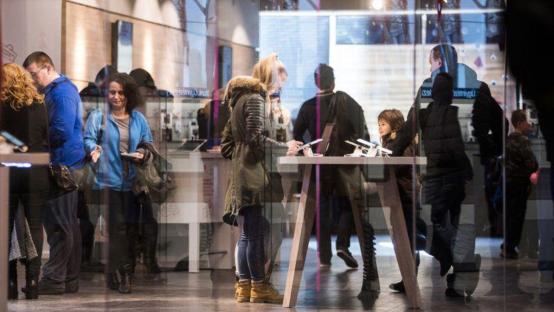 Nyíregyháza, 2016. december 27.Vásárlók egy telekommunikációs üzletben a karácsony utáni leárazás idején Nyíregyháza egyik bevásárlóközpontjában 2016. december 27-én. Az ünnep után megkezdődött az üzletekben a hagyományos év végi leértékelés.MTI Fotó: Balázs Attila