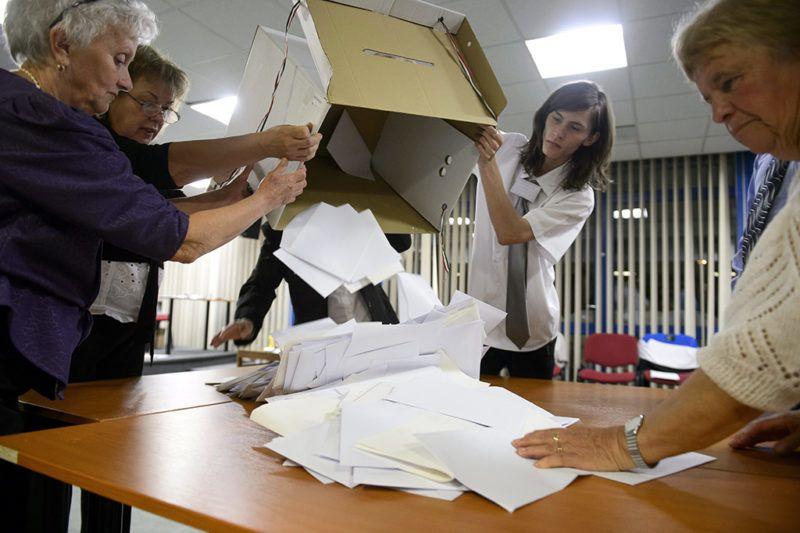 Salgótarján, 2014. október 12.A szavazatszámláló bizottság tagjai az urnabontás után kiborítják az asztalra a borítékban lévő szavazólapokat Salgótarjánban, a József Attila Művelődési és Konferencia Központban kialakított 18. számú szavazókörben az önkormányzati választás napján, 2014. október 12-én.MTI Fotó: Komka Péter