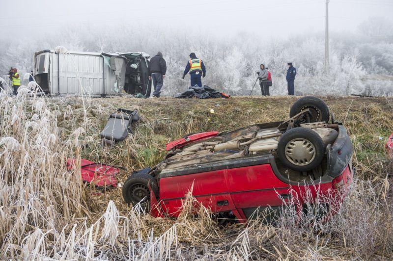 Mátraverebély, 2017. december 21. Ütközésben összetört személygépkocsi és kisbusz a 21-es fõúton Mátraverebély és Tar között 2017. december 21-én. A 38. kilométerszelvényében történt balesetben három ember meghalt, négy súlyosan megsérült. MTI Fotó: Komka Péter           Mátraverebély közelében, ahol két gépkocsi ütközött 2017. december 21-én. A baleset következtében három személy a helyszínen életét vesztette, többen megsérültek MTI Fotó: Komka Péter