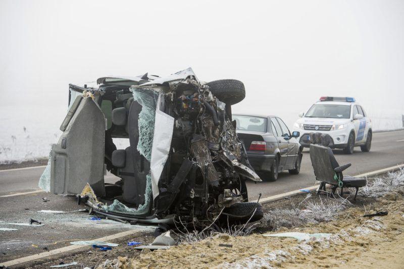 Mátraverebély, 2017. december 21. Ütközésben összetört kisbusz a 21-es fõúton Mátraverebély és Tar között 2017. december 21-én. A 38. kilométerszelvényében a kisbusz egy személyautóval ütközött, a balesetben három ember meghalt, négy súlyosan megsérült. MTI Fotó: Komka Péter           Mátraverebély közelében, ahol két gépkocsi ütközött 2017. december 21-én. A baleset következtében három személy a helyszínen életét vesztette, többen megsérültek MTI Fotó: Komka Péter