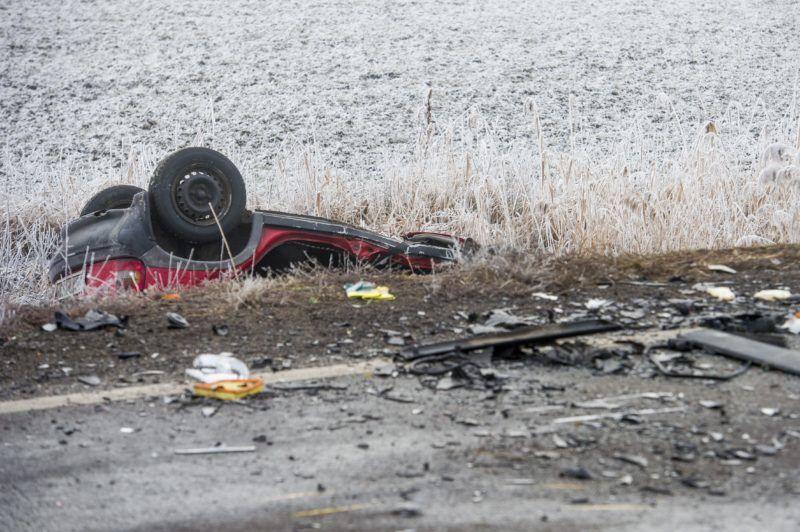 Mátraverebély, 2017. december 21. Ütközésben összetört személygépkocsi a 21-es fõúton Mátraverebély és Tar között 2017. december 21-én. A 38. kilométerszelvényében a személyautó egy kisbusszal ütközött, a balesetben három ember meghalt, négy súlyosan megsérült. MTI Fotó: Komka Péter          Mátraverebély közelében, ahol két gépkocsi ütközött 2017. december 21-én. A baleset következtében három személy a helyszínen életét vesztette, többen megsérültek MTI Fotó: Komka Péter