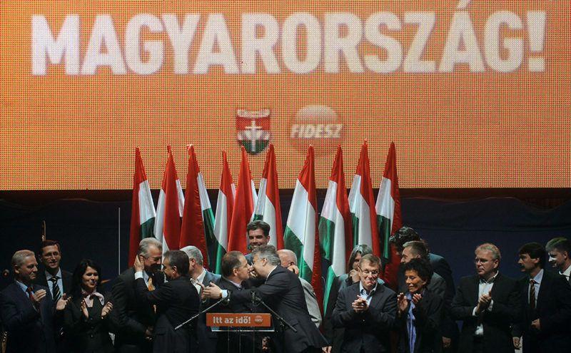Budapest, 2010. április 25.Az elnökség tagjai gratulálnak egymásnak a színpadon a Fidesz-KDNP eredményváró rendezvényén a 2010-es országgyűlési választás második fordulóját követően a főváros V. kerületében, a Vörösmarty téren.MTI Fotó: Koszticsák Szilárd