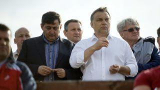 Felcsút, 2013. május 11. Orbán Viktor miniszterelnök (j2) és Mészáros Lõrinc, a felcsúti Puskás Ferenc Labdarúgó Akadémia elnöke (b, a kormányfõ mellett) nézi a labdarúgó NB II 26. fordulójában a Nyugati csoportban rendezett Puskás Akadémia-Kaposvári Rákóczi II mérkõzést Felcsúton 2013. május 11-én. Az összecsapást a Puskás Akadémia 2-0-ra megnyerte és feljutott NB I-be. MTI Fotó: Koszticsák Szilárd