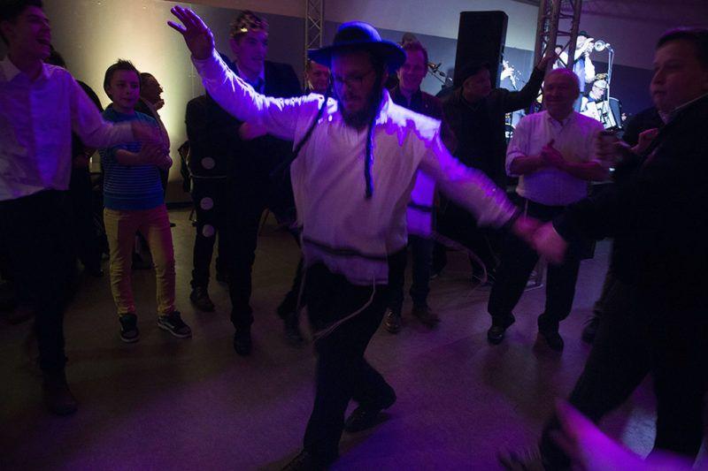 Budapest, 2014. március 15.Az Absolut Purim Party résztvevői táncolnak Budapesten, a Bét Menáchem iskolában 2014. március 15-én. A purim zsidó ünnep, amelyen a perzsa uralom alatt élő közösségük megmenekülésére emlékeznek. Ezt a keresztény időszámítás kezdete előtt 450 körül történt eseményt Eszter könyve örökíti meg.MTI Fotó: Koszticsák Szilárd