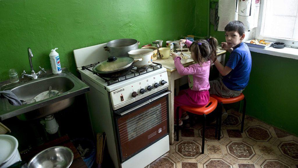 Harkiv, 2015. február 4.Natalija Vasziljevna Ivacsenko gyerekei ebédelnek a család harkivi ideiglenes otthonában 2015. január 30-án. A négygyermekes asszony családjával menekült el hónapokkal ezelőtt Szlavjanszkból a harcok miatt, azóta semmit nem tud az otthonáról. A Magyar Ökumenikus Segélyszervezet segélycsomagot adott át a családnak. A genfi székhelyű nemzetközi segélyszövetség, az ACT Alliance támogatásával indított 70 millió forint összértékű humanitárius segítségnyújtásban közel hétezren, a délkelet-ukrajnai harcok elől elmenekült nagycsaládosok kaptak élelmiszert és higiéniás csomagot Ukrajna hét régiójában.MTI Fotó: Koszticsák Szilárd