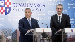 Dunaújváros, 2016. május 31. Orbán Viktor miniszterelnök (b) és Cserna Gábor (Fidesz-KDNP), Dunaújváros polgármestere sajtótájékoztatót tart, miután a Modern városok program keretében kötött együttmûködési megállapodást írtak alá a dunaújvárosi polgármesteri hivatalban 2016. május 31-én. MTI Fotó: Koszticsák Szilárd